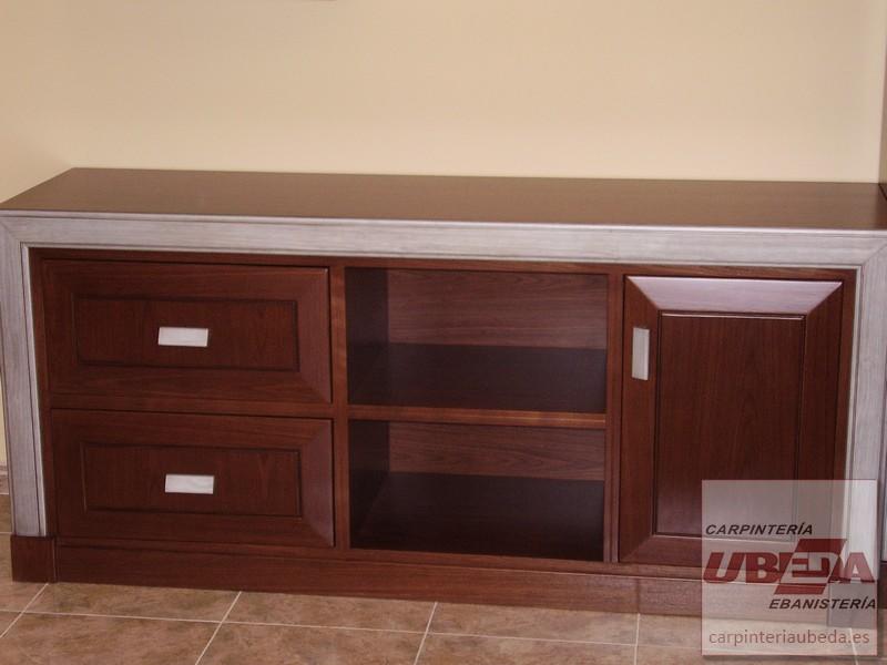 Mueble bajo para comedor, en madera de nogal con molduras en plata