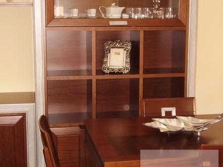 Mueble comedor realizado en madera de nogal con molduras en plata